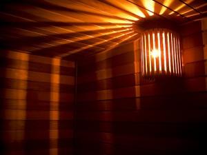 Saunan lampunvarjostimella saa mukavan hämyisen tunnelman (Kuva: Serg CCC BY 2.0)