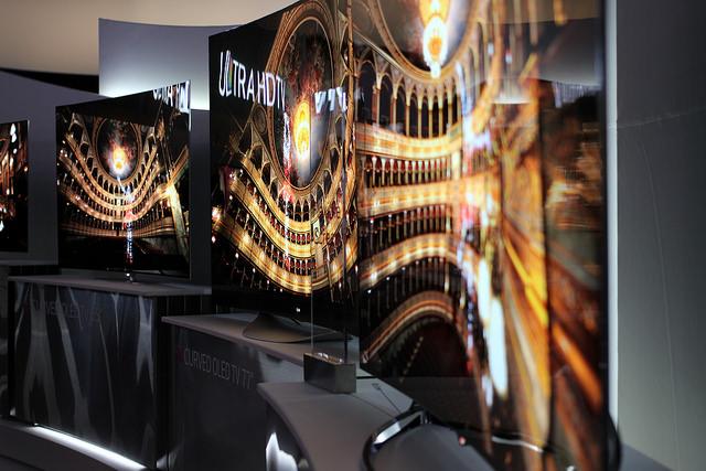 Kaareva OLED-televisio (Kuva: Maurizio Pesce CC BY 2.0)